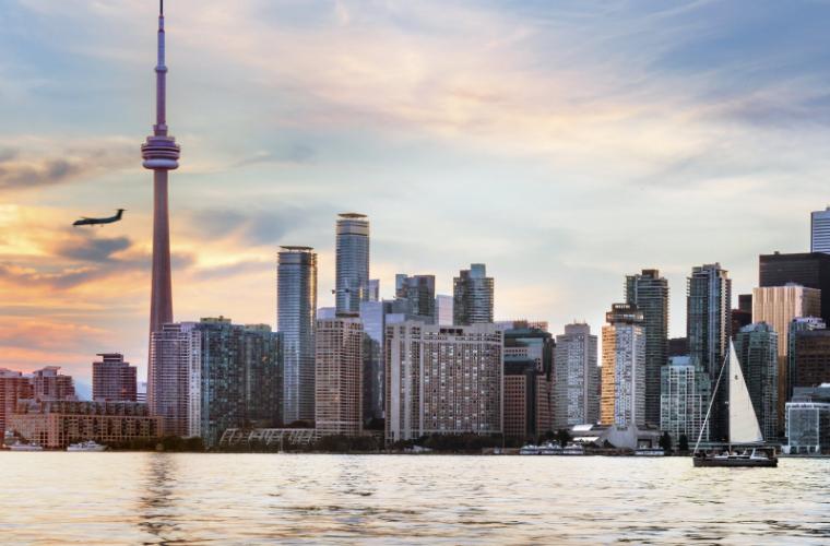 Portul îngheţat din Toronto, transformat într-un patinoar imens (FOTO)