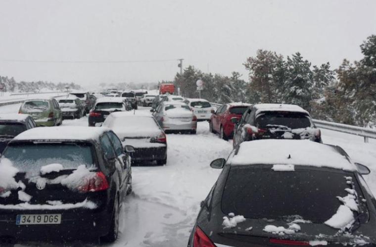 Vreme extremă în Spania. O ninsoare puternică a blocat kilometri de autostradă