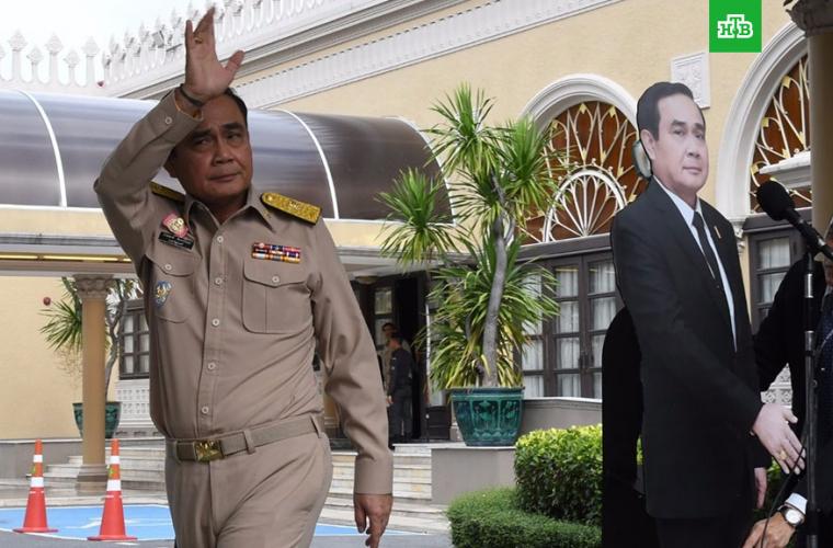 Premierul Thailandei le-a propus jurnaliștilor să vorbească cu copia lui (VIDEO)