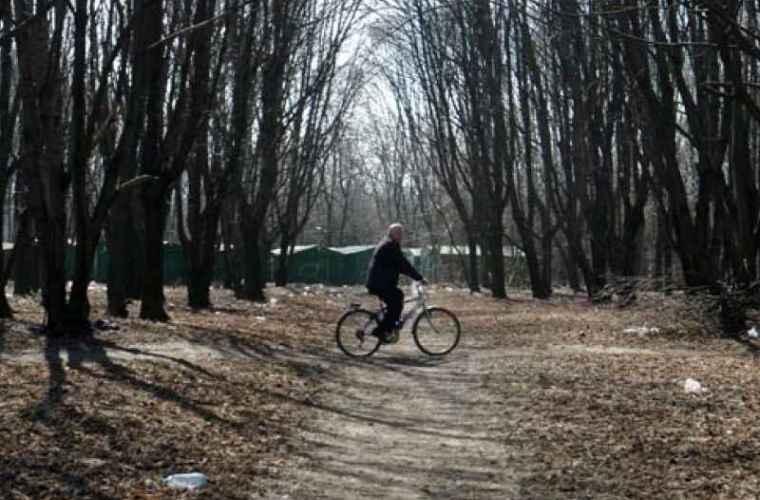 Scuarul de pe strada Hristo Botev, plin cu gunoi