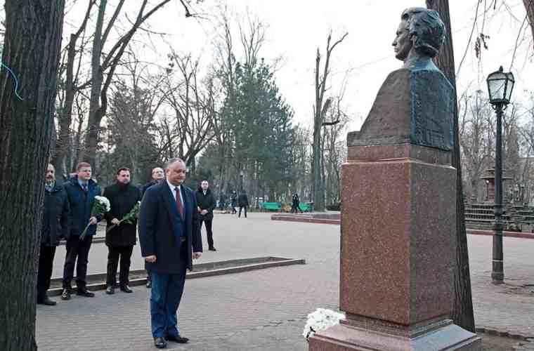 Igor Dodon a depus flori la bustul scriitorului Mihai Eminescu (FOTO)