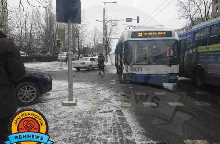 Un troleibuz a fost implicat într-un accident rutier în capitală (FOTO)