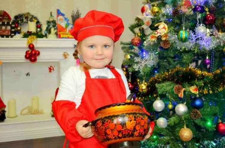 E fetiță de doar trei ani, pasionată de gătit, este vedetă pe facebook (VIDEO)
