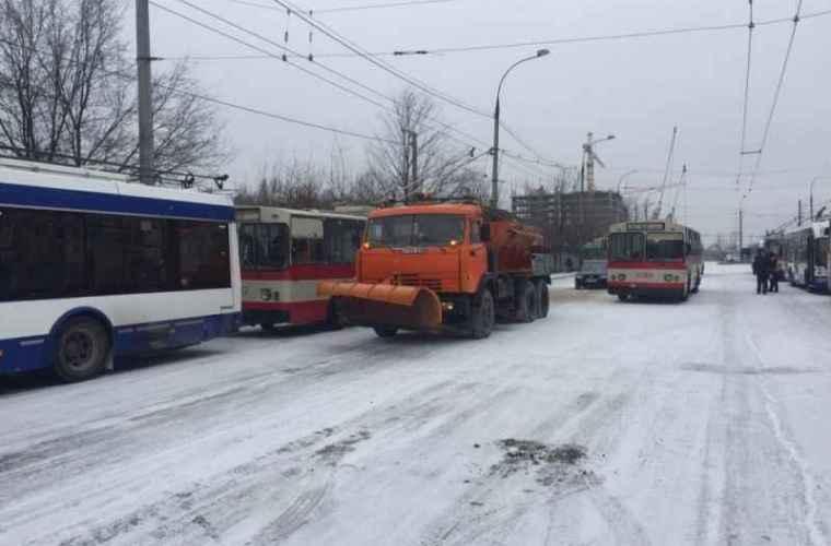 Mai mult străzi din capitală sînt blocate din cauza ninsorilor