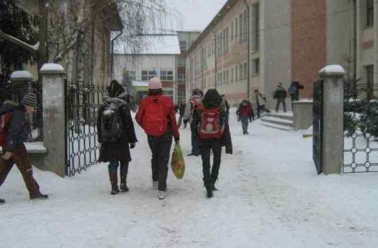 Circa 10 mii de elevi stau şi astăzi acasă, din cauza vremii