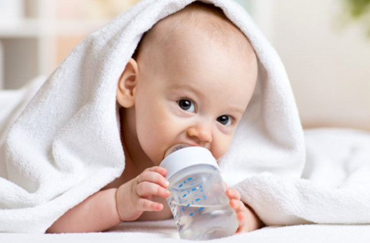De ce nu trebuie să le dăm bebeluşilor să bea apă