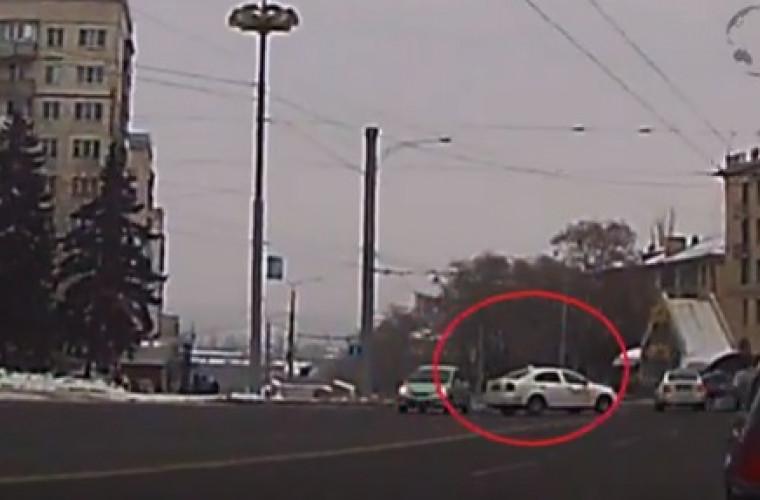 Şoferii de taxi, de neîntrecut! Traversează linia continuă fără jenă (VIDEO)