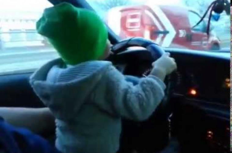 O şoferiţă din Capitală surprinsă cum circula cu peste 80 km/h cu copilul pe braţe (VIDEO)