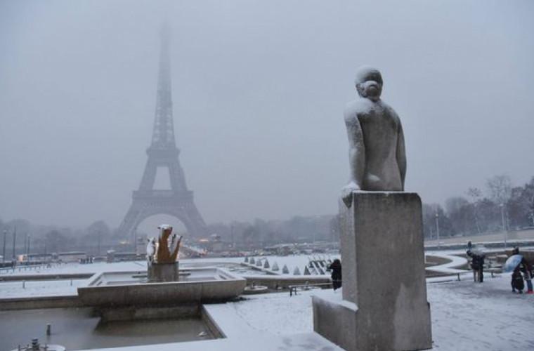 Ninsoarea dă peste cap traficul aerian din Franţa