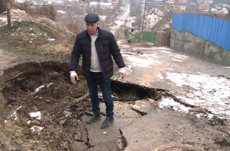 O groapă imensă a apărut pe o stradă din sectorul Botanica (VIDEO)