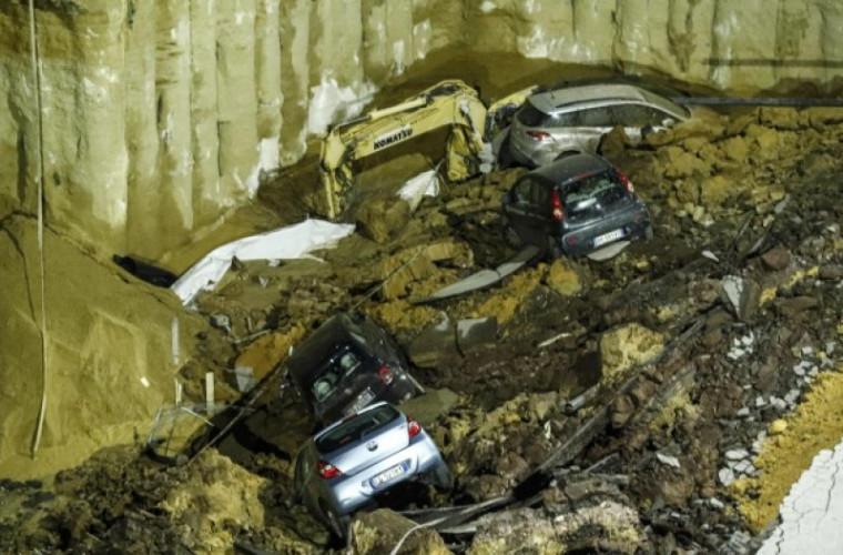 Mai multe mașini, înghițite de o groapă uriașă la Roma