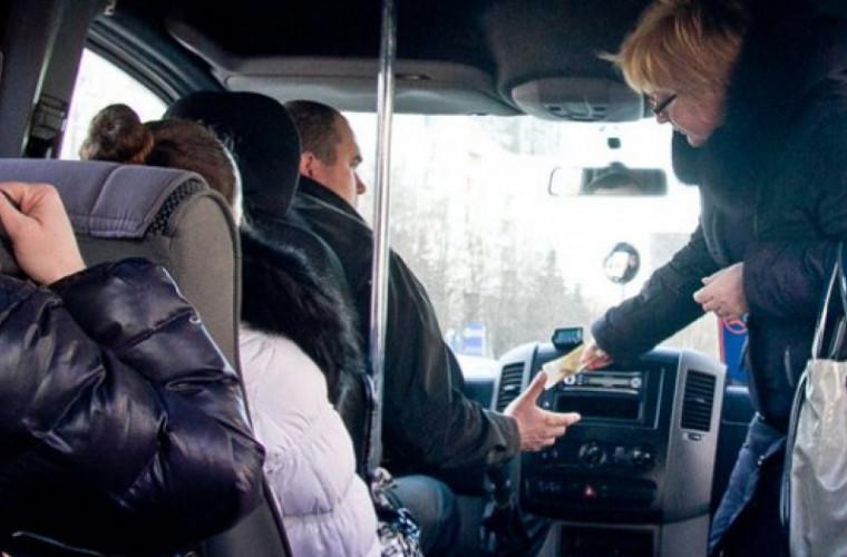 Șoferul de microbuz care privea filme la volan a fost sancționat