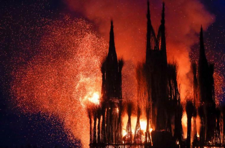 Rusia: Un obiectiv artistic în formă de catedrală a fost incendiat (FOTO)