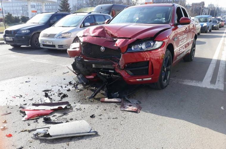 Accident de lux in capitală: A luat o mașină la drive test și a făcut-o zob (FOTO)
