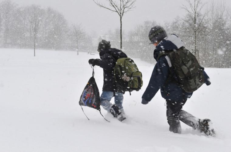 Mai multe curse şcolare au fost suspendate din cauza drumurilor înzăpezite