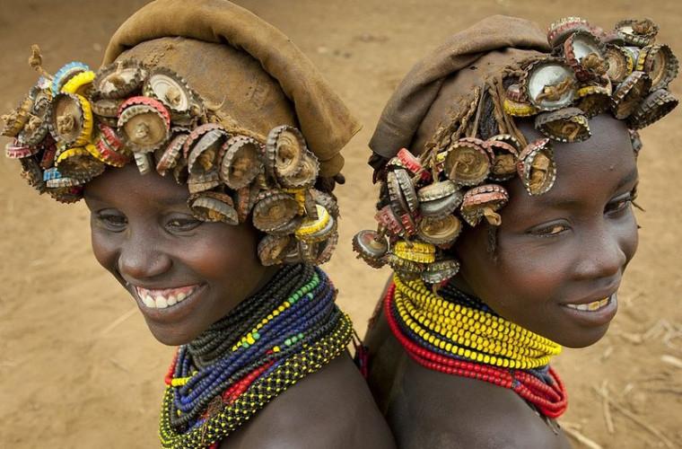 Tribul care transformă gunoaiele lumii moderne în accesorii pentru păr (FOTO)