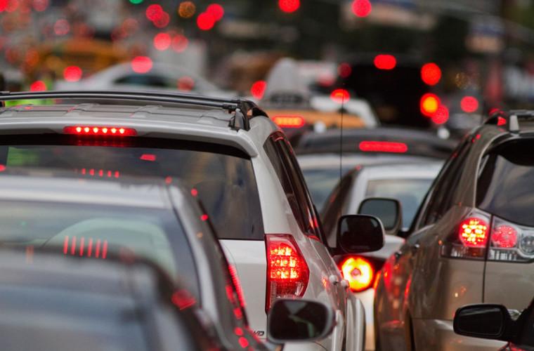 Atenție, ambuteiaje pe mai multe străzi din capitală