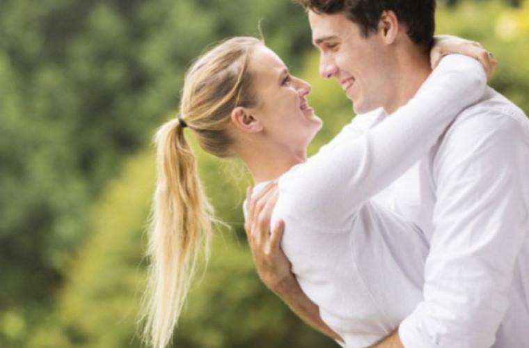 Cum să-i captezi atenţia unei persoane dragi