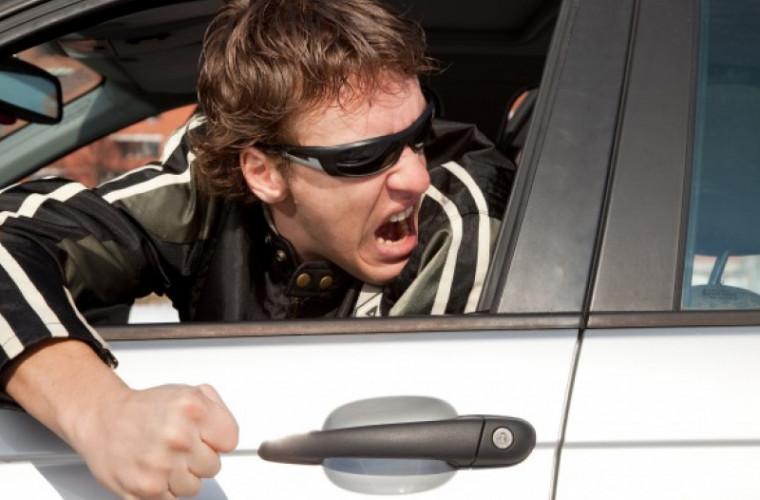 Un conducător auto a atacat un ofițer de patrulare (VIDEO)