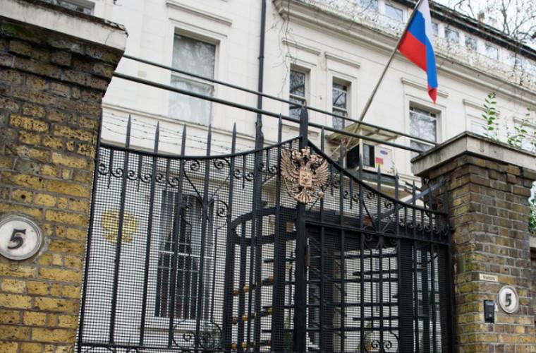 Посольство РФ: В Британии задерживают и допрашивают россиян