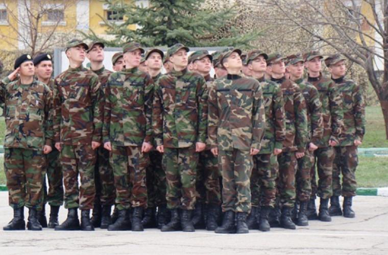 Tinerii din Moldova aleg servciul civil în loc de cel militar