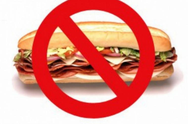 Врачи предупреждают, какая еда опасна в жару