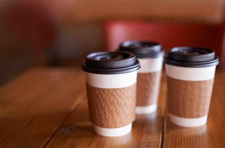 cafea-in-pahar-de-plastic-otrava-in-stomac