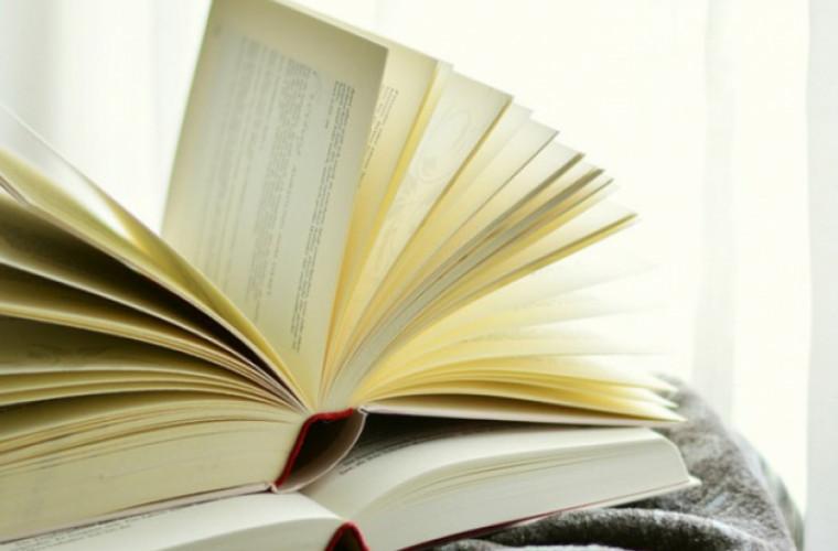 De ce se îngălbenesc paginile cărților în timp și cum poți să oprești asta