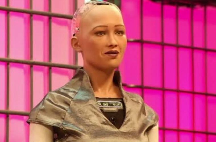 Robotul Sophia ar putea primi cetăţenie UE