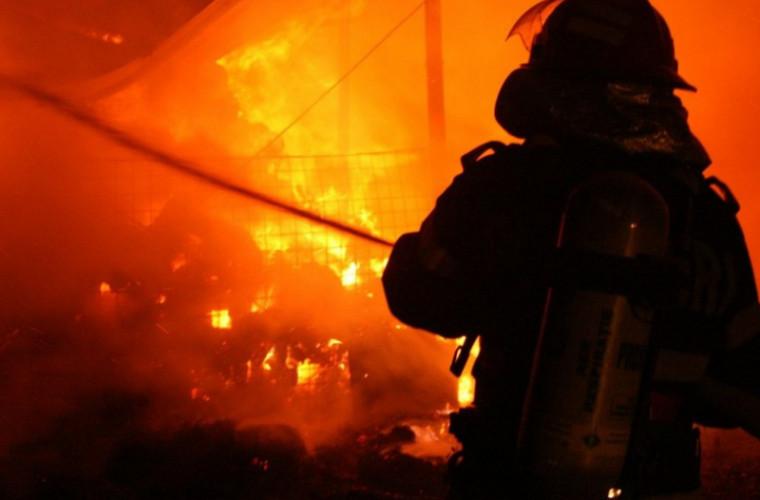 Incendiu într-un bloc din cartierul Sculeni, locatarii sar pe fereastră (VIDEO)