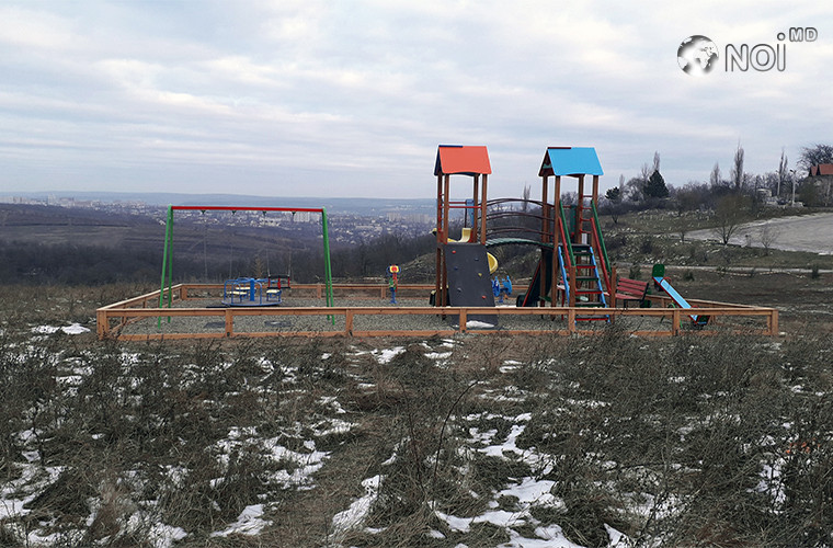 Детскую площадку обустроили в чистом поле (ФОТО)