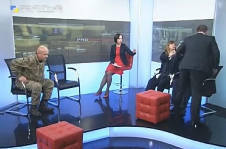 Doi deputați s-au luat la bătaie în timpul unei emisiuni televizate (VIDEO)