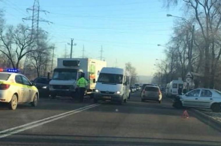 Серьезное ДТП в столице с участием двух автомобилей и грузовика (ВИДЕО)