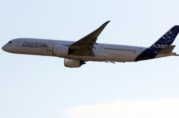 Un avion de pasageri a zburat cu coada distrusă