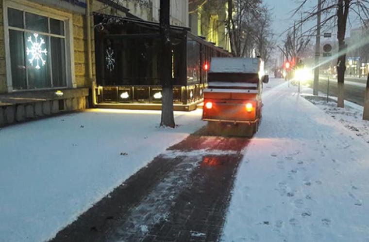 200 de muncitori au intervenit la deszăpezirea trotuarelor