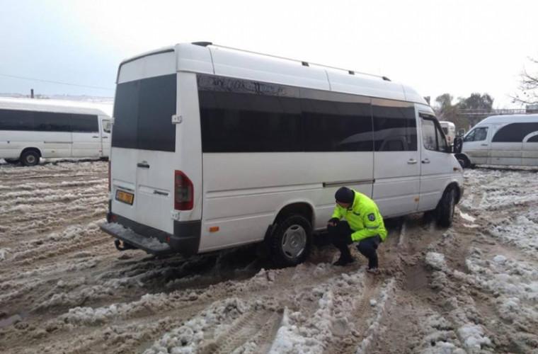 Se prăbușește asfaltul! Un microbuz a rămas blocat într-o groapă