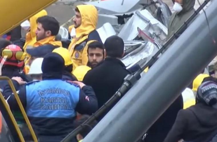 Miracol la Istanbul: Un adolescent a fost scos în viaţă de sub ruinele blocului prăbuşit (VIDEO)