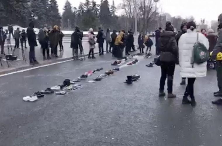 """Un """"covor de încălțăminte"""" a fost întins în PMAN. Ce mesaj au transmis protestatarii (VIDEO)"""
