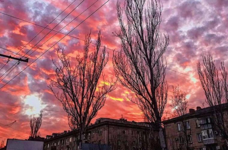 Cerul, în culori: Cum şi-a luat iarna rămas bun de la moldoveni (FOTO)