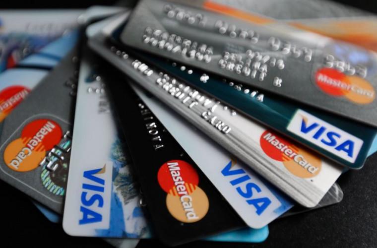 Cumpărături cu cardul sau în numerar: Ce preferă cetățenii Moldovei?