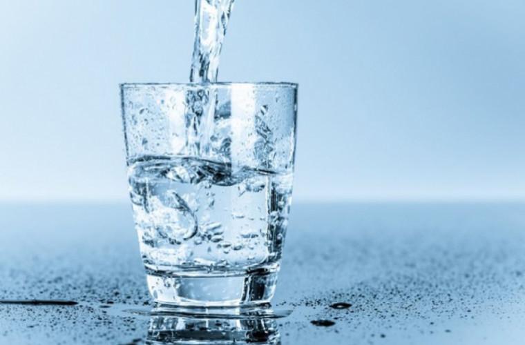 10 motive pentru a bea mai multă apă curată