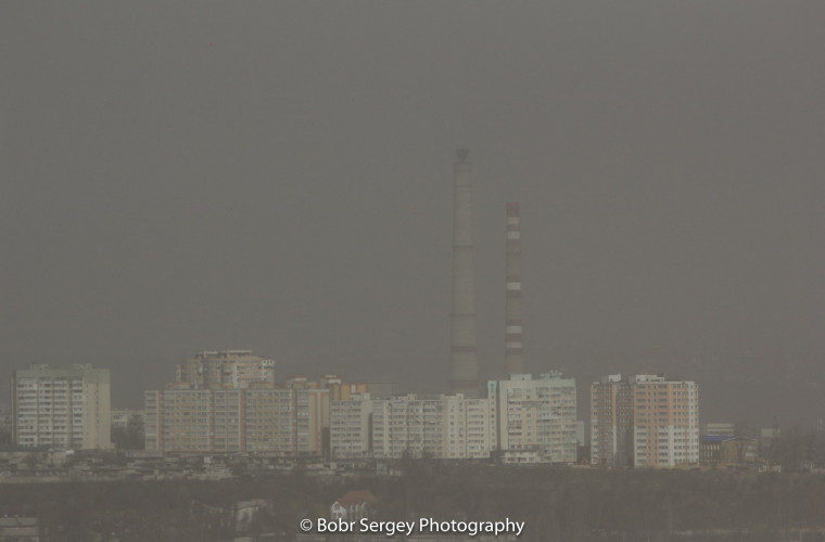 Chișinău s-a cufundat într-un nor de praf (FOTO)