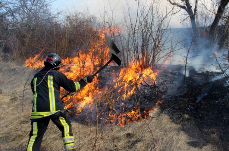 Zeci de incendii izbucnite în ultimele 24 de ore pe teritoriul ţării