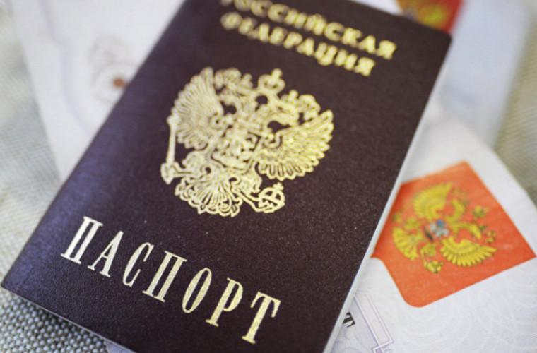 Zeci de mii de moldoveni pot rămînea fără cetățenia rusă