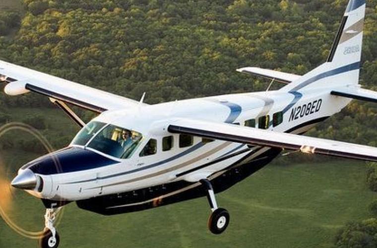 Doi oameni au scăpat cu viața după ce avionul în care se aflau s-a prăbușit