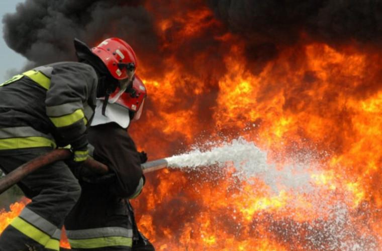 O casă din Hînceşti, distrusă de flăcări (VIDEO)