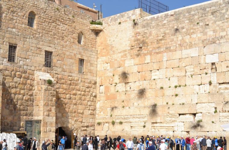 Zidul plîngerii din Ierusalim, curăţat de miile de scrisori depuse în crăpături