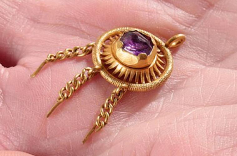 O femeie a găsit, pe un cîmp, o bijuterie regală pierdută în timpul bătăliei