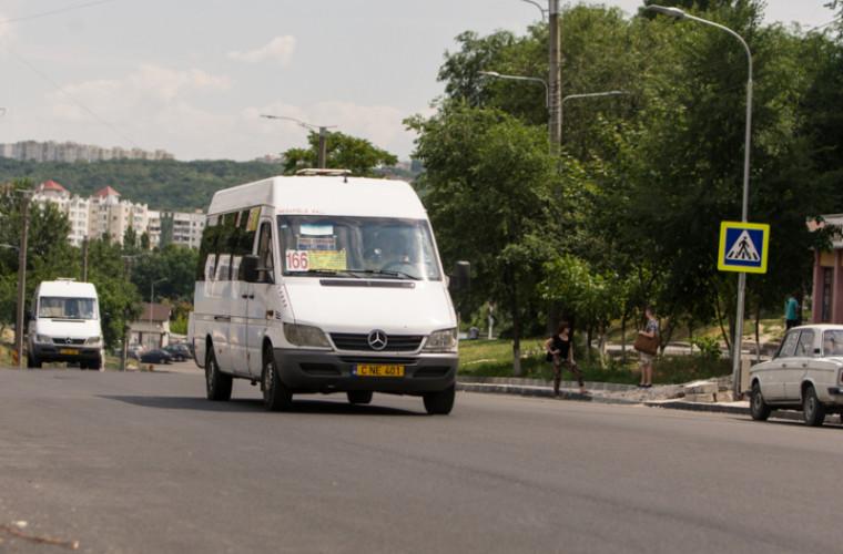 Şoferul unui microbuz, prins beat la volan