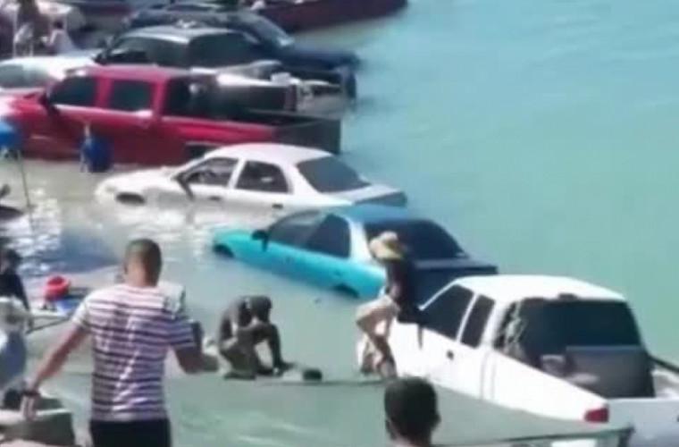Zeci de maşini au fost inundate în nordul Mexicului